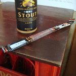 キンパイ酒店 - ビールケースを重ねて板を載せたテーブルで頂きます