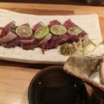 41593359 - 鰹の塩タタキ 750円、日本酒(天神囃子)500円。