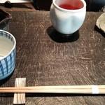 成冨 - 蕎麦つゆ、薬味、お茶。