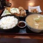 ごはん職人六兵衛 - 豚汁セット(唐揚げ2+揚げ物2)