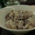 41657009 - カンナのコース料理プレシャスカンナ4630円:④ご飯:磨き胡麻と発芽玄米のご飯(15.08)