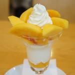 フルーツパーラーゴトー - 黄金桃のパフェ(1230円)