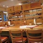 フレンチ酒場 ボンマルシェ - 店内 コの字カウンターの周りに2人用のテーブルが何席かあります
