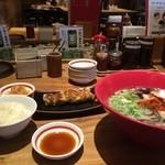 博多 一風堂 - 料理写真:赤丸に、餃子とご飯をセット、930円です
