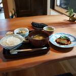 かふぇど結 - お昼のお料理は一種類です、座って「食事です」といえば出てきます、今日のメインは、焼き魚「鮭」