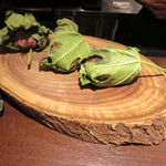 41785632 - 仏産マダム・ビュルゴーの鴨の無花果の葉包み、無花果添え、人参とオレンジのピュレで1
