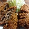 亜希 - 料理写真:衣のパン粉は細かくメンチの肉は繋ぎ無しの牛100%!キャベツもがやや荒切りで食べ応えあり