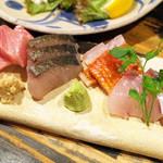 新川にしや - お造りの盛り合せ(3人前1500円) うちわハゲ、シマアジ、生本まぐろ、さわら、金目鯛、かんぱち、太刀魚の7種類