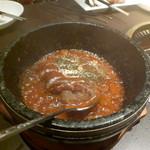 牛の恵 - デミソースでグラグラ煮立った石焼ハンバーグ。絶品です。
