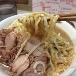 ラーメン荘 歴史を刻め - ラーメン(730円)麺リフト