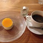 クアトロハーツカフェ - マンゴーのヨーグルトムースとブレンドコーヒーのセット 650円