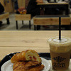 ZEB - 料理写真:カフェラテ、プラムとクリームチーズ