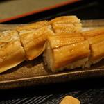 旬彩和遊 楠 - 蒸し穴子の棒寿司が付いています