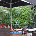 Cafe BOHEMIA - テラスに咲くモッコウ薔薇