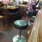 第一亭 - 店内は小テーブルとカウンター、小上がり財肝あります。