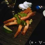 ミツバチ - 有頭海老のまるごと揚げ春巻き(390円/本)