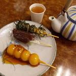 高木屋老舗 - 団子三種盛り。みたらしが少し離れてるのが気遣いですね。お茶は熱いの冷たいの共に無料です!