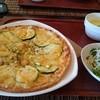 カフェ ロハス - 料理写真:スモークチキンとズッキーニのピザ。サラダとカボチャの冷製スープ。