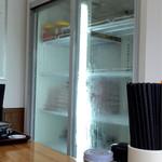 永井食堂 - この冷蔵庫の中にお土産用のもつっ子が沢山入っている。