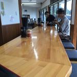 永井食堂 - 店内はカウンター席のみ。綺麗で明るい。