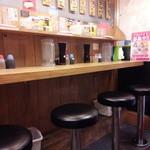 野郎ラーメン - 店内のカウンター席