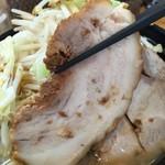 J-LOW麺 - 豚バラ使用のブタ。
