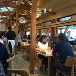 パークサイドカフェ - 木目で落ち着く店内