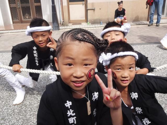 だんじり祭りに参加している 岸和田の子供さん達も元気で粋ですネ! このなかからも未来の \u201d大工方\u201d が誕生するのかも・・・! 撮影の了解を頂いています。