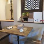 レ・グラン・ザルブル - 落ち着いたテーブル席
