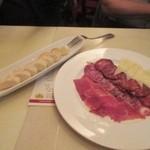サンチョ・パンサ - 料理はスペイン産生ハムのハモンハムとサラミのチーズの前菜からスタートしました。