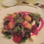 サンチョ・パンサ - サラダはカマンベールチーズのフリットとクリームチーズ、ドレッシングはビーツとヨーグルトのドレッシングでした。