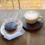 パドラーズコーヒー - ラテ550円、クイニーアマン400円