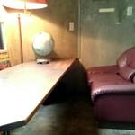 アナログ カフェ ラウンジ トーキョー - 広々としたテーブルやソファー