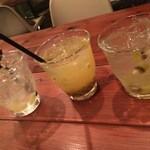 アボカフェ - 左からシトラス酢スカッシュ、パッションフルーツ酢スカッシュ、キウイ酢スカッシュ