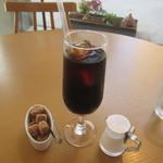 リジョイス - 最初にコーヒーが運ばれてきました、まだ暑い日だったんでコーヒーはアイスにしてもらいました。