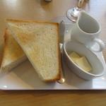 リジョイス - そして朝食に注文した厚切りのトーストがテーブルに運ばれてきました。
