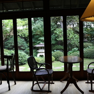 趣のある縁側で昭和時代の雰囲気を味わう