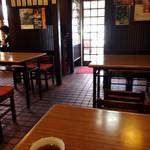 うなぎのやっこ - テーブル席中心の店内