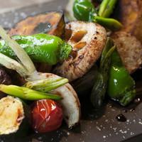 豊富な季節野菜の炭火焼き