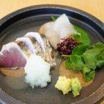 吉岡 - 料理写真:かつおのタタキとキスの昆布〆 はまぼうふうの付け合せ