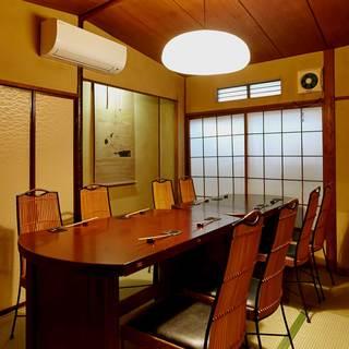 二階にはゆったりとお食事のひと時をお過ごしいただける和個室