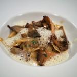 レストラン・サカキ - フランス産セップ茸とジロール茸のフリカッセ 平打ち麺添え