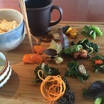 ベジクエル - 虹色菜園プレート♪1日分の野菜の種類、これでOKなくらいいろいろ野菜。ぜ〜んぶおいしかったです。胡麻油の味付けやココナッツオイル風味やら、味もそれぞれの違うのが嬉しい。