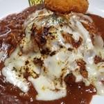 カレー倶楽部 ルウ - 炙りチーズカレー(超激辛10倍)にサービストッピングのカニクリームコロッケ