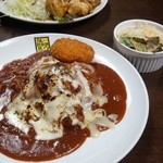 カレー倶楽部 ルウ - 手前:炙りチーズカレー(超激辛10倍) 奥:チキン南蛮カレー(5倍)