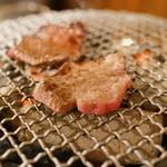 ホルモン俵屋 - 塩タンを炭火の七輪で焼きます