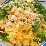 丸亀製麺 - 青ネギたっぷり、天かす、すりゴマ、ショウガをトッピング、さらにレモンを搾って