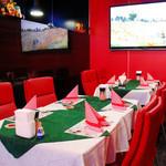 ロシア料理レストラン・バー ニーナ - 赤を基調としたラグジュアリーな空間でゆったりとお食事をお楽しみください。