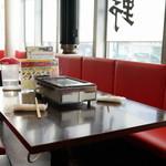 神保町食肉センター - テーブル席の上にはガスロースター