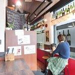 ワインビストロ ピコレ - 店内のテーブル席の風景です